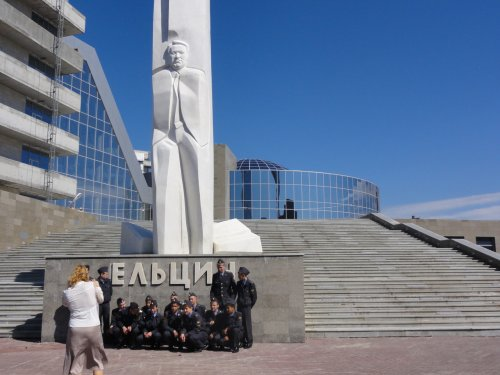 DSC01065 Yekaterinburg Yeltsin and cadets pose